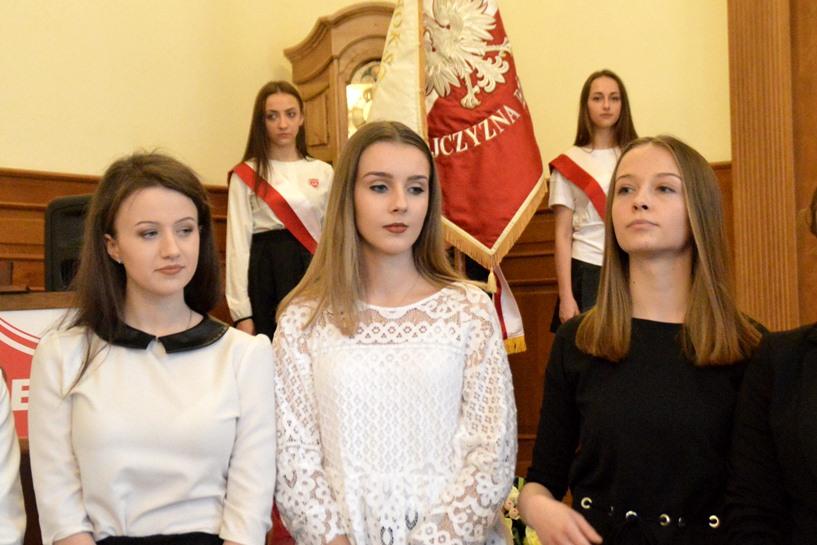 Maturzyści I LO żegnają szkołę. 77 czerwonych pasków to powód do dumy - foto: Arkadiusz Wszędybył