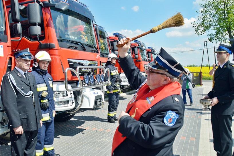Grzymiszew: Powiatowo-Gminny Dzień Strażaka. Poświęcili wozy, wyróżnili medalami zasłużonych - foto: Arkadiusz Wszędybył