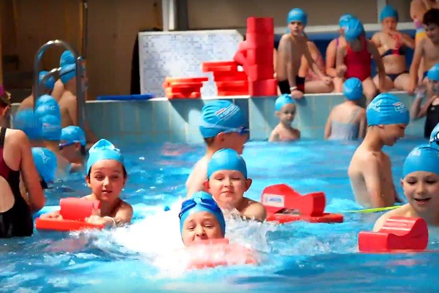 Wideo: Pływacki Festiwal Kinder+ Sport na turkowskiej pływalni