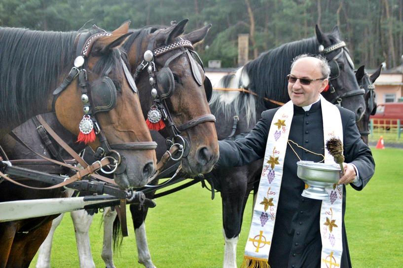 Tuliszków: Zaprzęgi konne mknęły po stadionie, a proboszcz święcił zwierzęta - foto: Arkadiusz Wszędybył