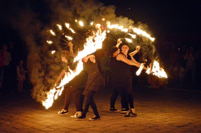 Turek: Tańczyli wśród pochodni i iskier. Uczestnicy Festiwalu Ognia i Żonglerki okiełznali płomienie