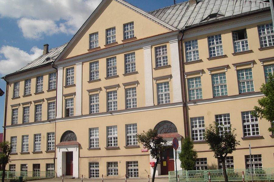 Turek przebrnął przez reformę edukacji bez szwanku. Burmistrz Kurzawa rozprawia się z TS-em - foto: wikipedia.org / Jakub Łuczak