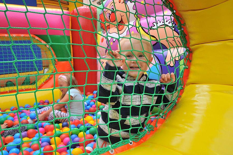 Festyny na zakończenie wakacji. Dzieci bawiły się na Młodych i Wyzwolenia - foto: M. Derucki