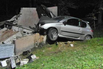 Ewinów: Wbili się autem w przystanek. Została kupa gruzu