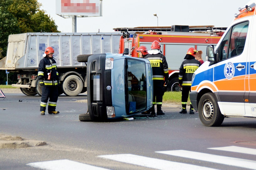 Wideo: Przewrócona Panda, rozbity Renault. Oto skutki wypadku na rondzie Dmowskiego