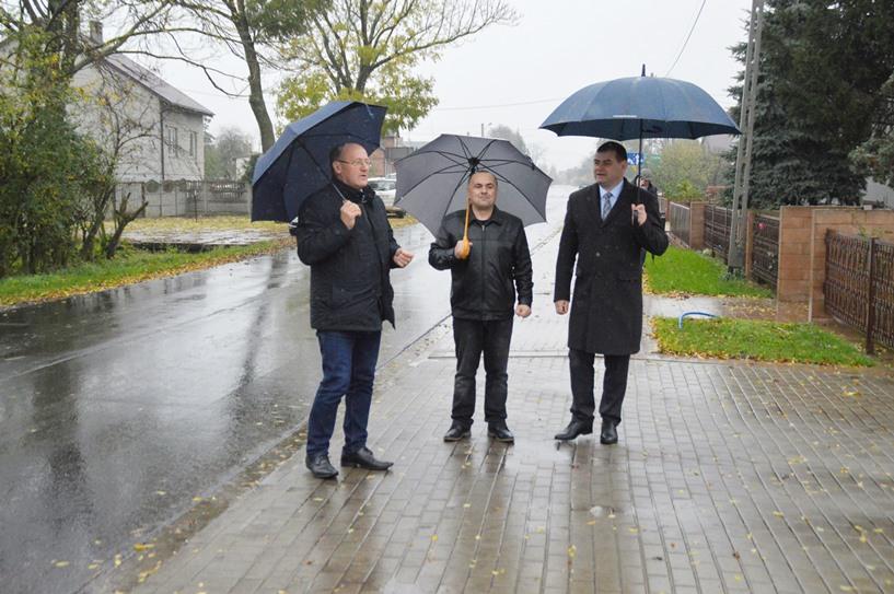 Kawęczyn: Jest nowy chodnik i asfalt. Panowie Seńko, Gruca, Nowak i Paruszewski podziwiali efekt prac