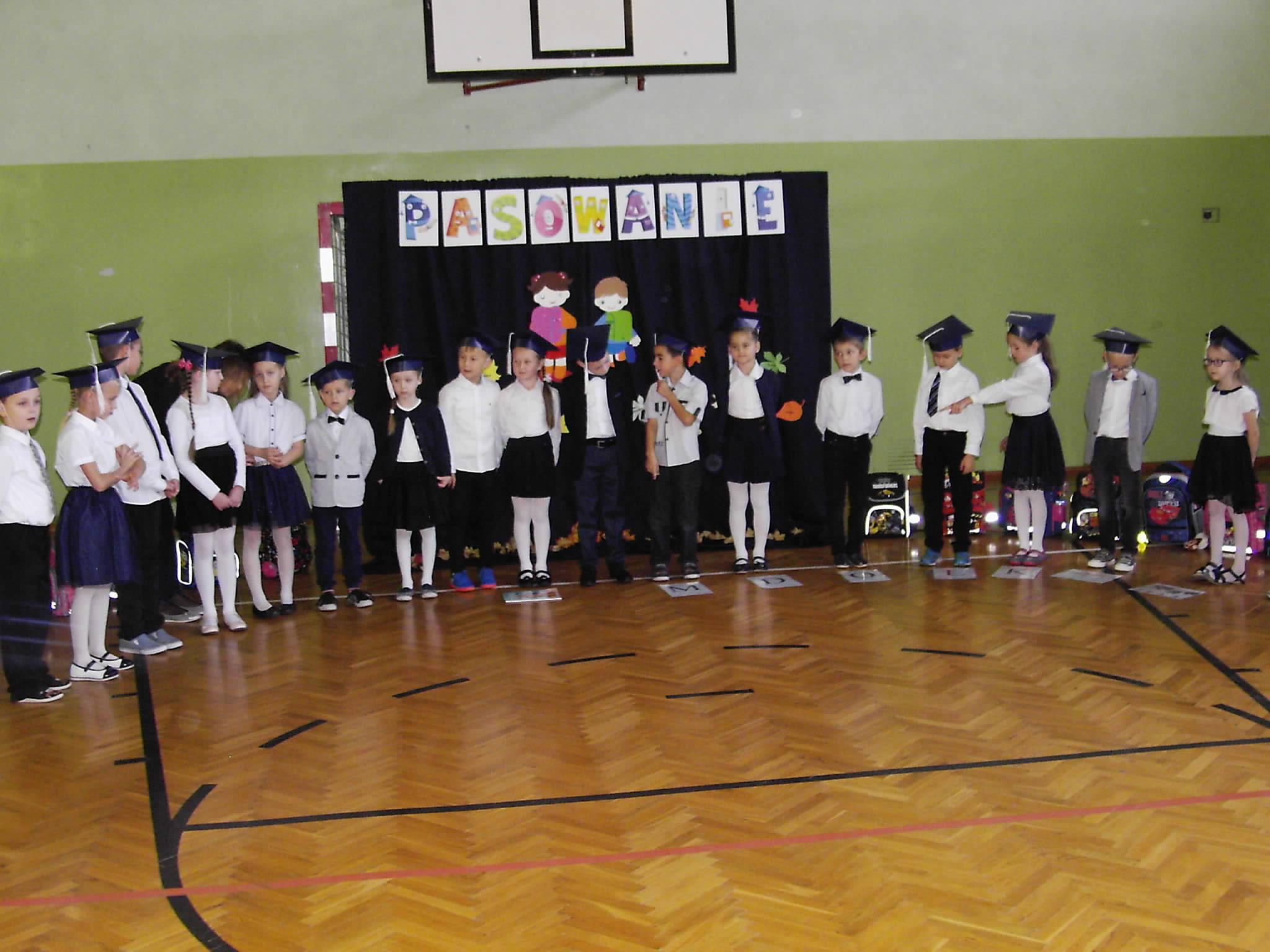 Wyszyna: Ślubowanie pierwszaków w Szkole Podstawowej