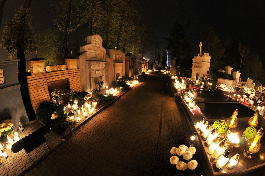Przyłącz się do akcji i zapal znicz na zapomnianym grobie - foto: M. Derucki