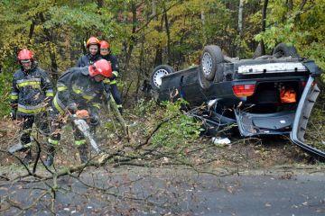 Wrząca: Dachowali i wpadli BMW do lasu....