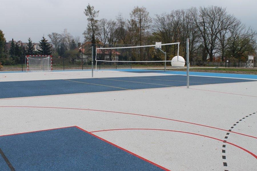 Inwestycja przy Parkowej zakończona. Nowe boisko, bieżnia i infrastruktura oddane do użytku