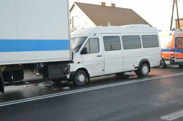 Bus uderzył w TIRa. 5 młodych sportsmenek...