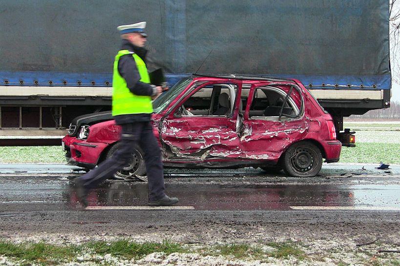 Wideo: Spowodowała niebezpieczną kolizję i straciła prawo jazdy. Pierwsze skutki zimowej aury