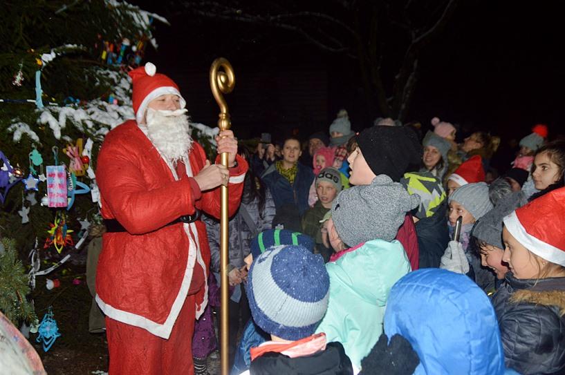Wyszyna: Mikołaj przybył wozem strażackim na wspólne ubieranie choinki - foto: Arkadiusz Wszędybył