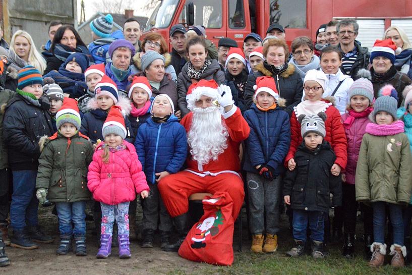 Chylin: Udekorowali choinkę, wskoczyli Mikołajowi na kolano - foto: Arkadiusz Wszędybył