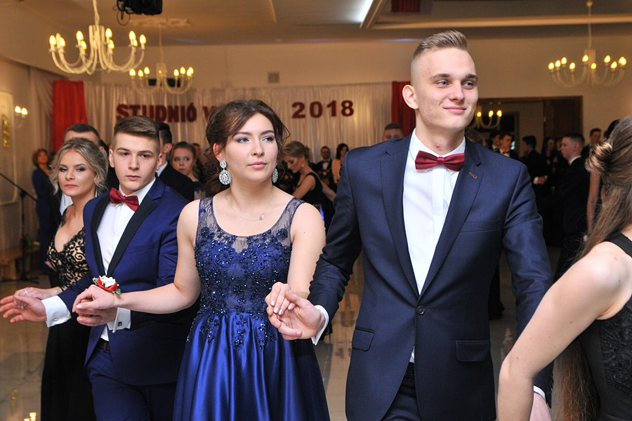Maturzyści ZST zatańczyli poloneza. Sezon studniówkowy uważamy za otwarty! - foto: M. Derucki