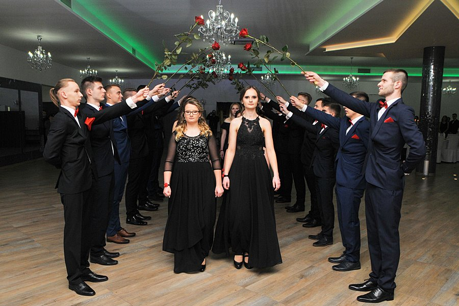 Uczniowie ZSR CKP zatańczyli poloneza. Studniówka rozpoczęta - foto: M. Derucki