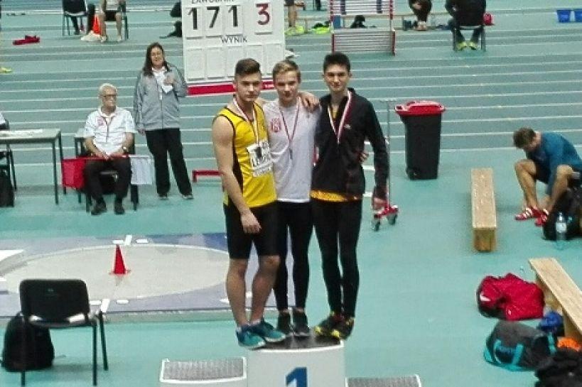 Jakub Lempach Wicemistrzem Polski w biegu na 60 metrów - fot. od lewej Jakub Lempach, Oliwier Wdowiak i Szymon Szachniewicz