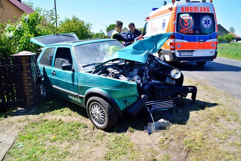 Smaszew: 26-latek staranował Golfem płot. Słupek zatrzymał Volkswagena