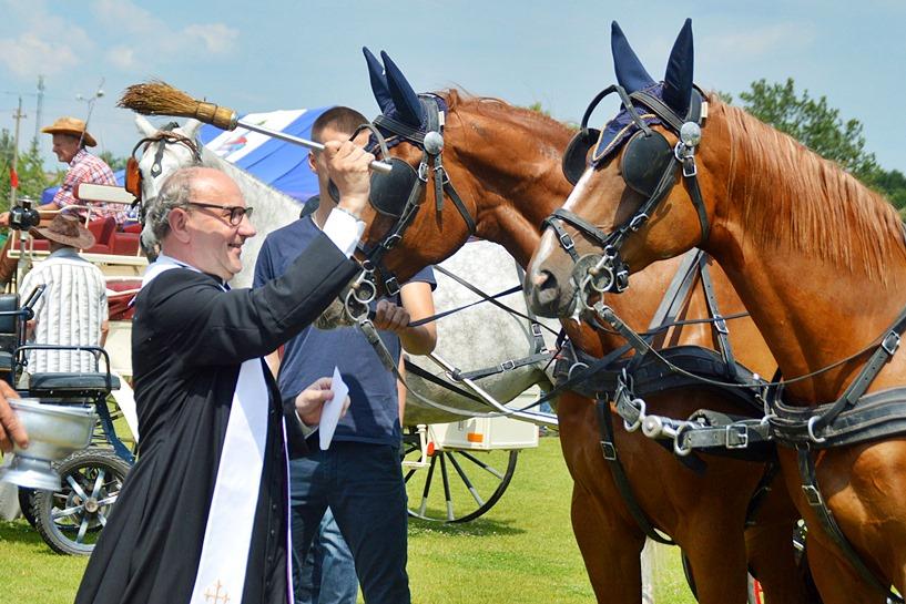 Tuliszków: Miłośnicy koni rywalizowali, a proboszcz poświęcił czworonogi małe i duże - foto: Arkadiusz Wszędybył