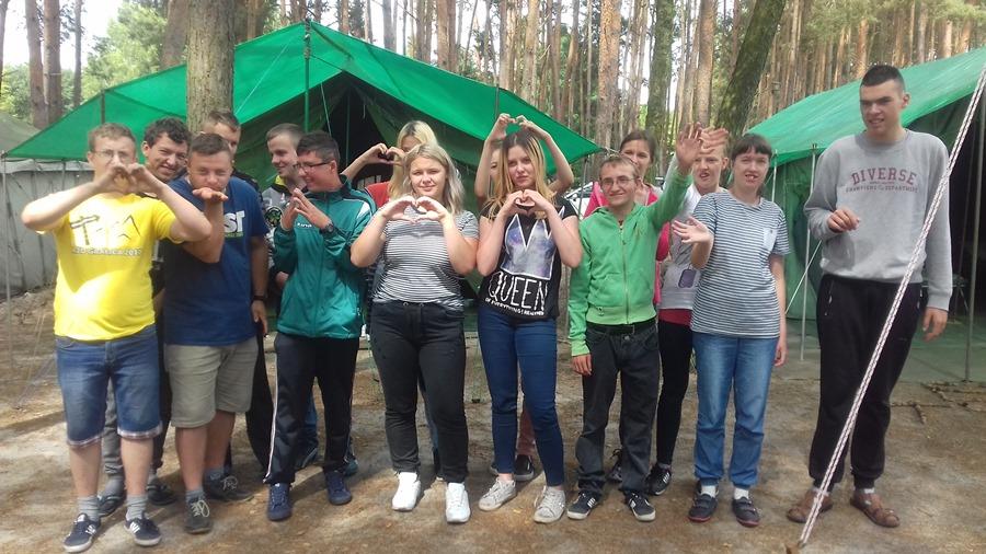 Wychowankowie Specjalnego Ośrodka Szkolno-Wychowawczego na harcerskim biwaku w Kaczce