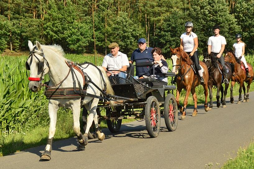 Kawęczyn: Konno i na rowerach przemierzali gminę - foto: Arkadiusz Wszędybył