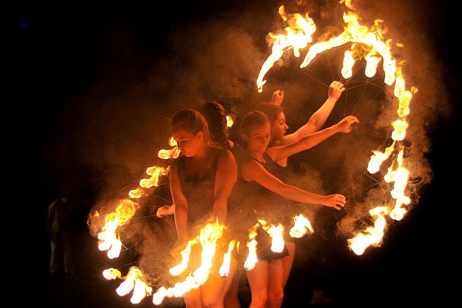 Ognisty pokaz na zakończenie II Festiwalu Ognia i Żonglerki - foto: Marcin Derucki