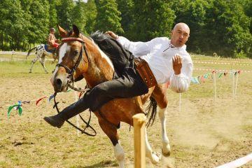 Kowale Księże: Na zawodach konnych powozili,...