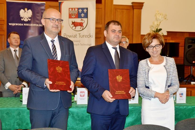 Umowy na dotacje dla powiatu i Dobrej podpisane. Wicewojewoda Maląg spotkała się ze starostami i burmistrzami   - foto: Arkadiusz Wszędybył
