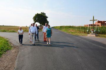 Czachulec Stary: Powiatowa droga równa jak stół