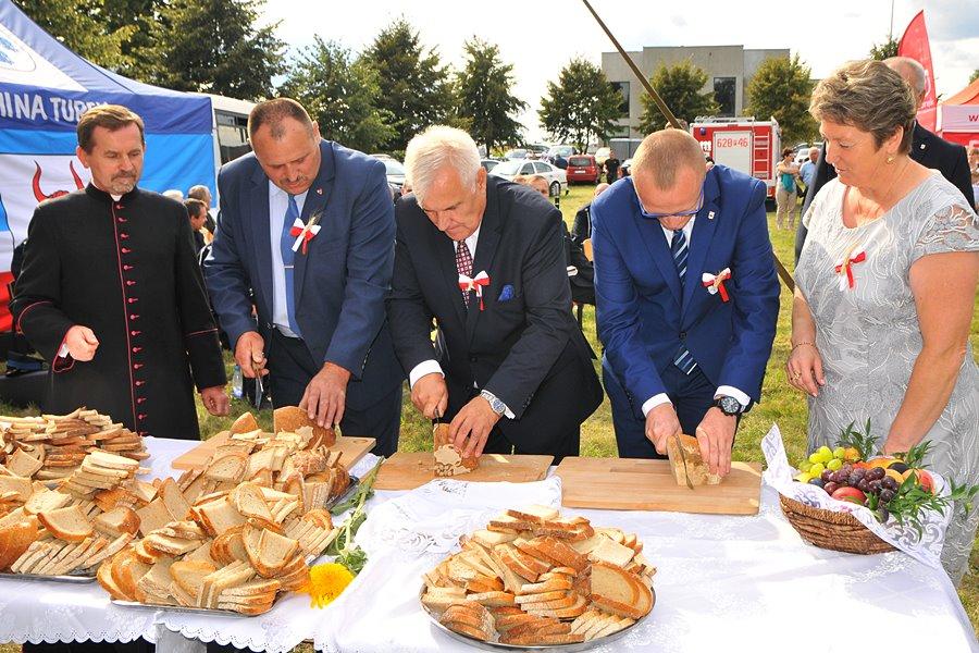Dożynki w Słodkowie: Podzielono dożynkowy bochen chleba - foto: Marcin Derucki
