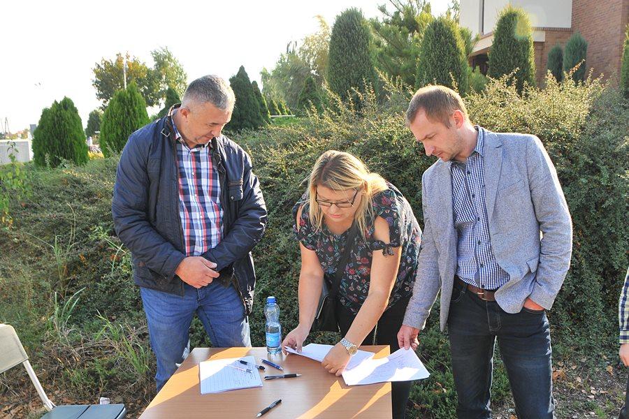 Obrzębin: Mieszkańcy boją się o swoje bezpieczeństwo. Zbierają podpisy pod petycją do wójta - foto: M. Derucki