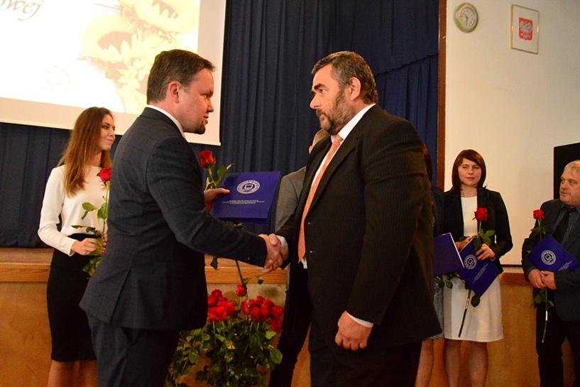 DEN: Dyrektor Świerk nagrodził nauczycieli i pracowników oświatowych - foto: Arkadiusz Wszędybył