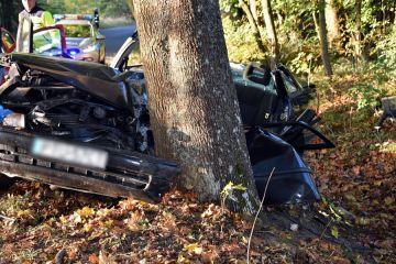 Śmiertelny wypadek w Rudzie. Samochód uderzył w drzewo