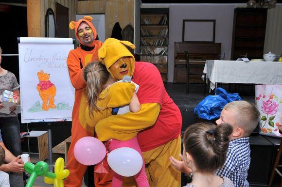 Wideo: Dzieci na urodzinach Puchatka. Żółty...