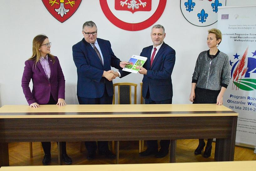 Umowy podpisane. Pieniądze popłyną do Dobrej, Pęcherzewa, Korytkowa i Chlebowa