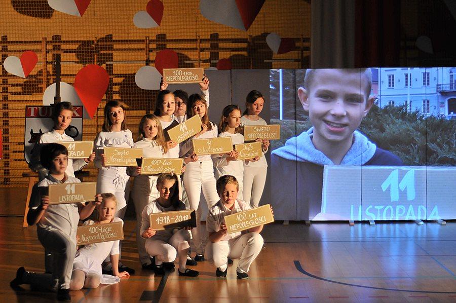Wideo: Uroczysty apel, wspólne śpiewanie hymnu oraz Łańcuch Niepodlełgości - foto: Marcin Derucki