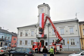15-metrowa flaga zawisła na ratuszowej wieży