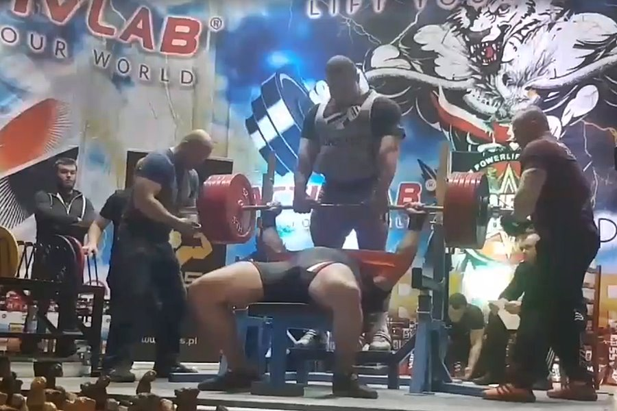 Tym razem wycisnął 320 kg! Konrad Fornalczyk z kolejnym rekordem życiowym - źródło: www.facebook.com/kondzioactivlab/