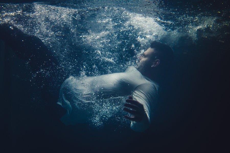 Bogdan cyka na basenie. Czyli jak zrobić dobrą fotę pod wodą - foto: Adam