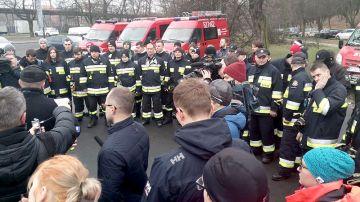 Strażacy z powiatu przeszukują kompleks...
