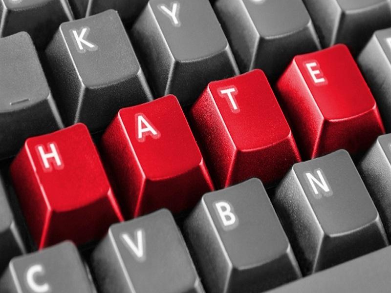 Policja apeluje: W internecie nie jest się...