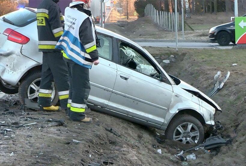 Wideo: Audi A4 i A3 zderzyły się na DK72, kierowcy przewiezieni do szpitala