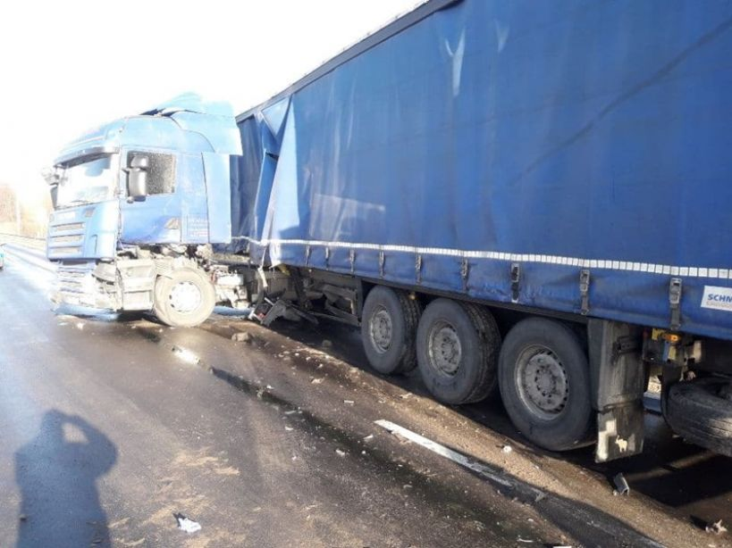 W Skęczniewie ciężarówka blokuje drogę