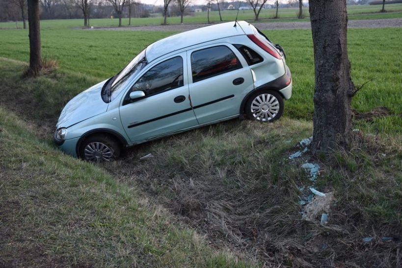 Kolizja drogowa w Kaczkach Średnich. Dachował jeden samochód