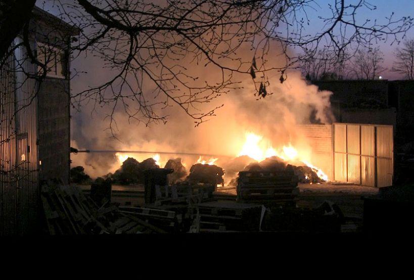 Wideo: Pożar na składowisku odpadów w Słodkowie. Spłonęły odpady przeznaczone do recyklingu