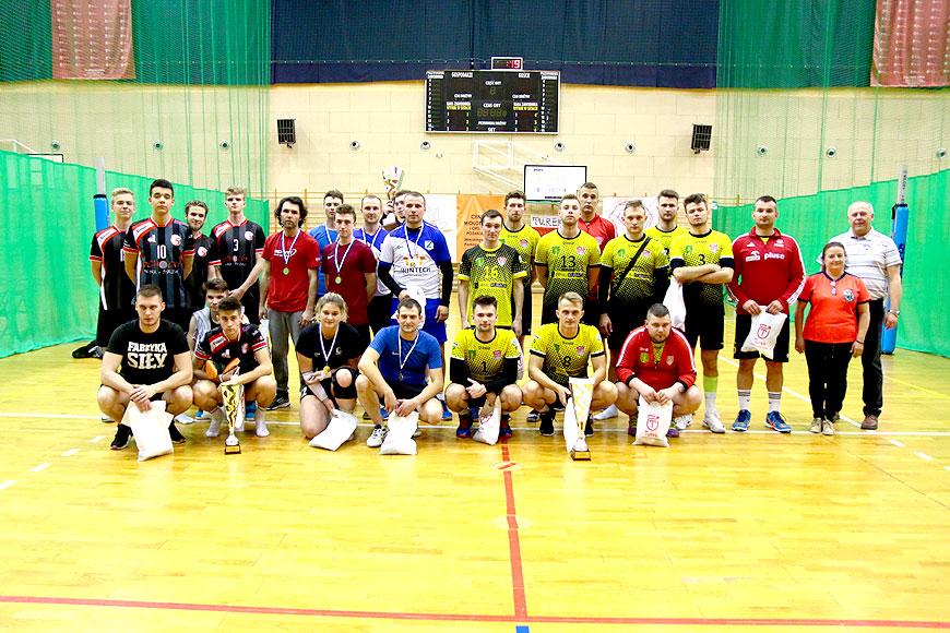 Nocna rywalizacja siatkarzy i licytacje podczas III Turnieju Piłki Siatkowej. Zebrali ponad 10 tyś zł na szczytny cel - foto: Piotr Podembski