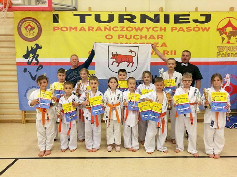 Młodzież z Klubu Sportów i Sztuk Walk na Turnieju Kyokushinkai Karate w Górze Kalwarii