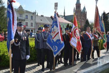 Na rynku, ze strażakami, celebrowali Święto Flagi