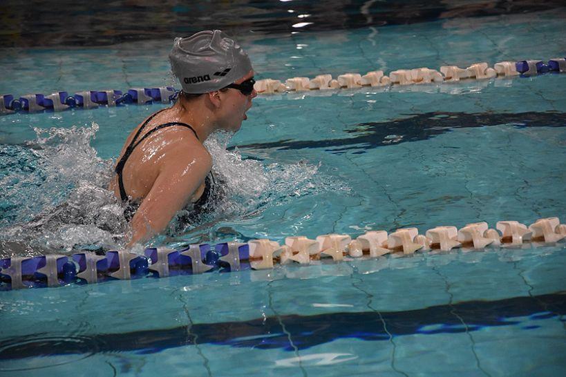 Na torach turkowskiej pływalni spotkały się 3 pokolenia. IV edycja mistrzostw pływania