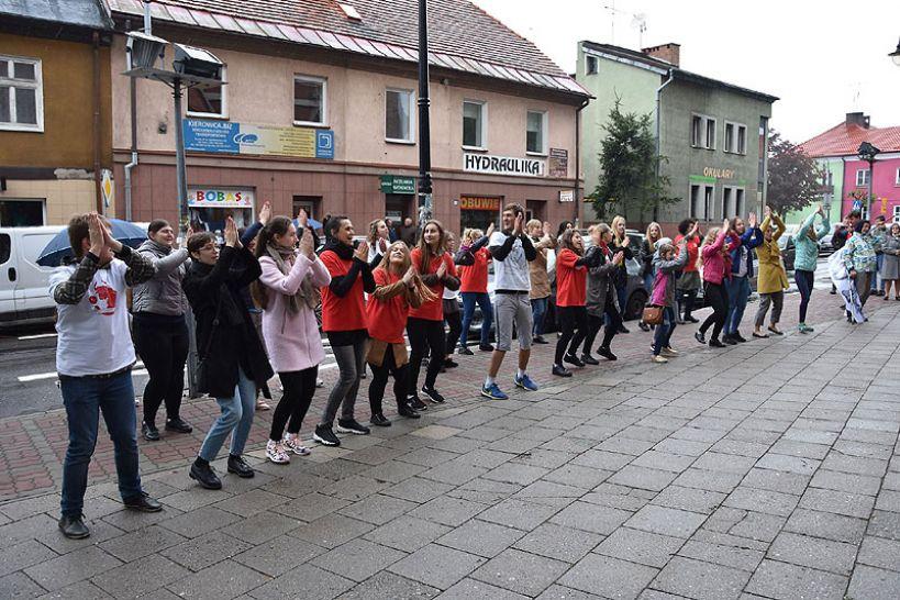 Mieszkańcy Turku wspólnie zatańczyli dla Jana Pawła II. Fishmob 2019